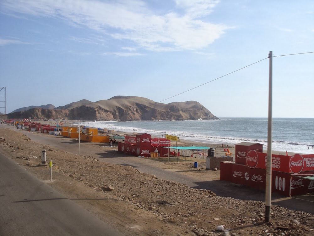 tiendas en bord de mer sur la panamericana au Pérou