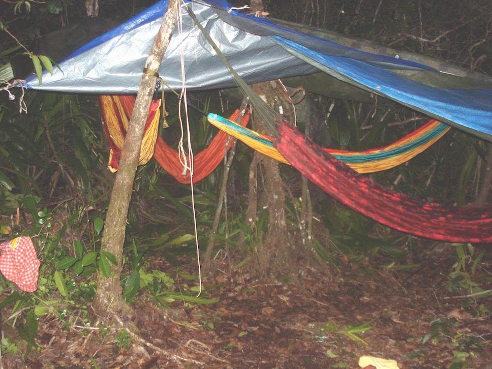 carbet bâche aux savane roches en Guyane