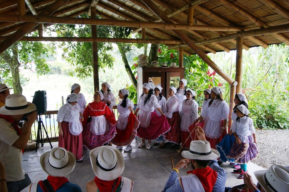 danse traditionnelle des ramasseurs de café en Colombie