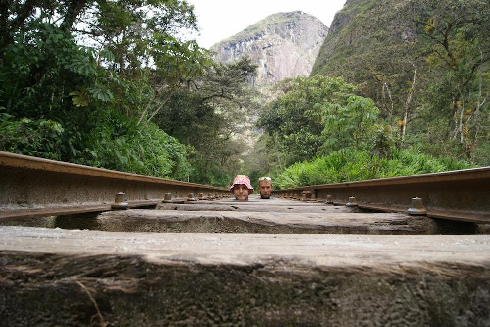 aventuriers cochonou sur les rails vers agua calientes trek inca jungle