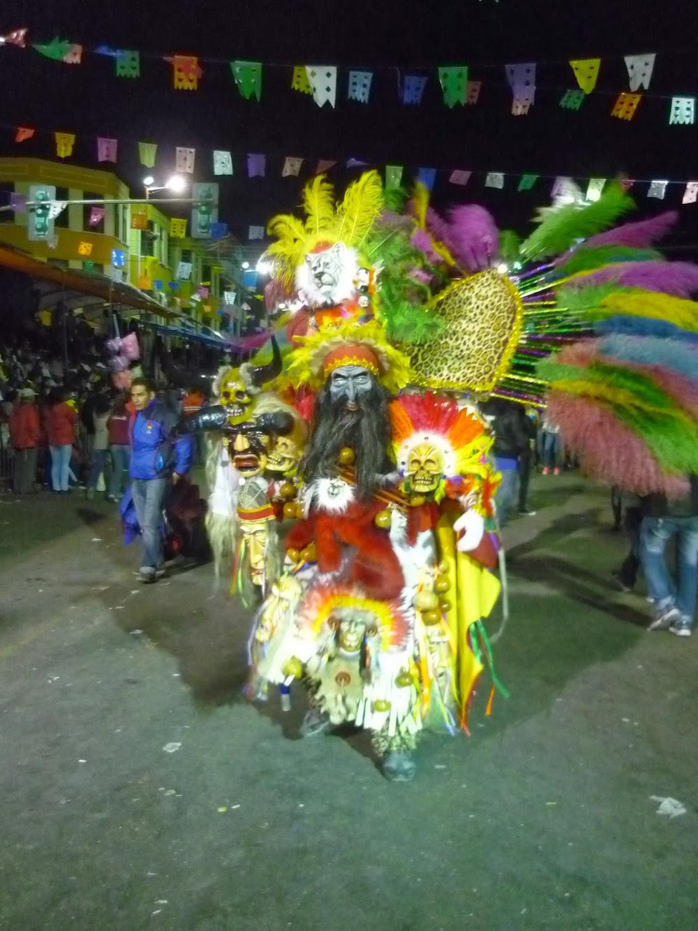 costume-plumes-et-couleurs-oruro-bolivie