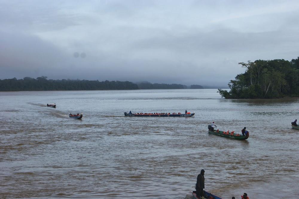 Ecoliers en Pirogue à Apatou Guyane