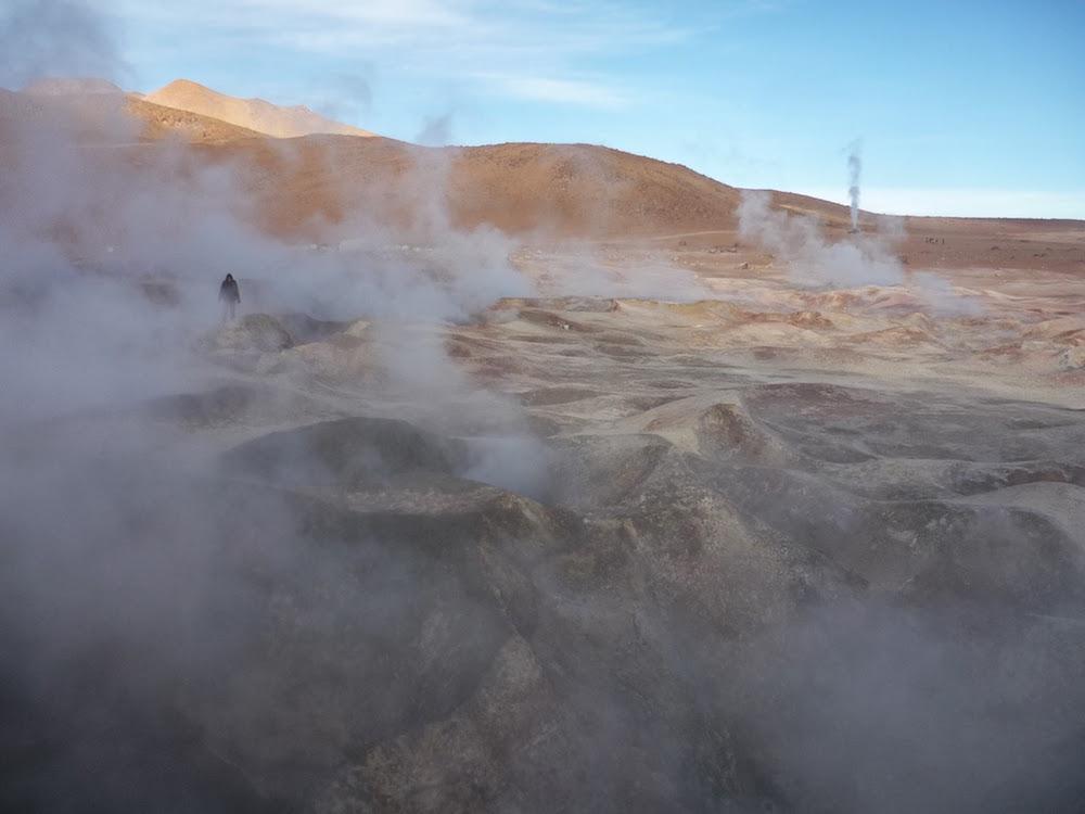 geyser cratère sol de manana bolivie près des lacs colorés