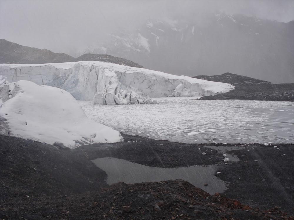 lac gelé près du glacier de pastoruri au Pérou