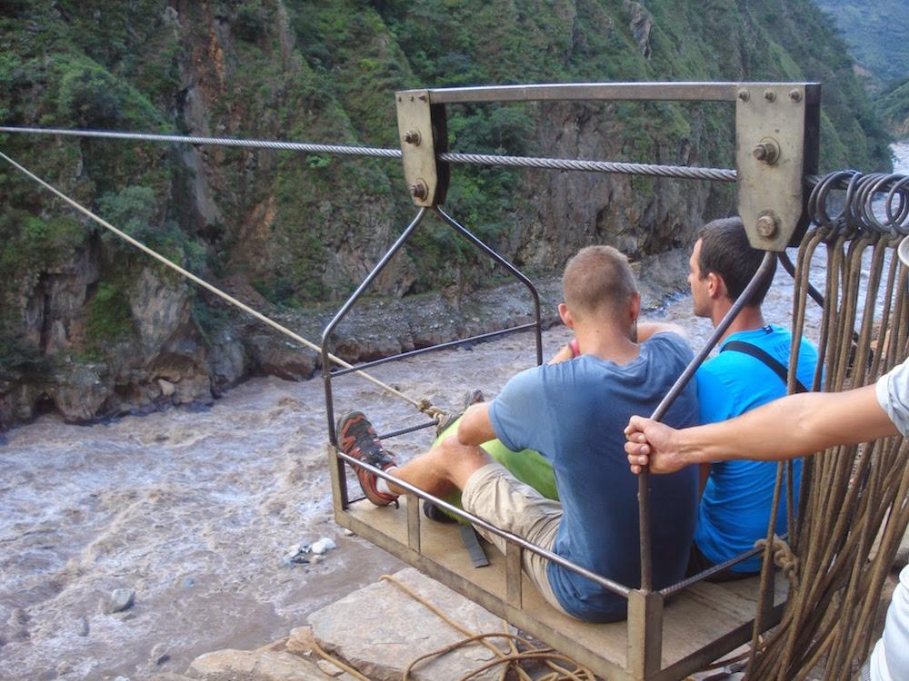 nacelle e table au dessus de la rivière Santa Thérèse Pérou