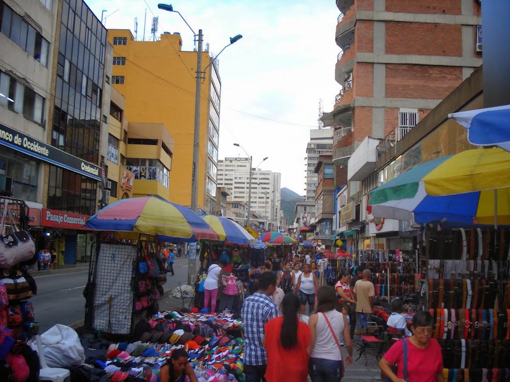 rue de magasins à Cali en Colombie
